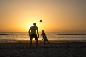 Volleyball-am-Strand-Sonnenuntergang